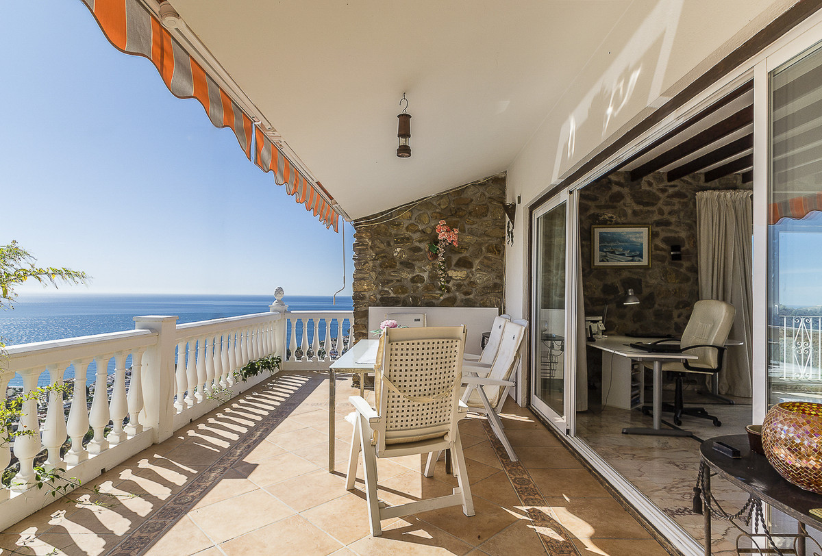 Beautiful 228m2 villa with private pool, terraces and garden, on a 2000m2 plot. Located at 2 km from,Spain