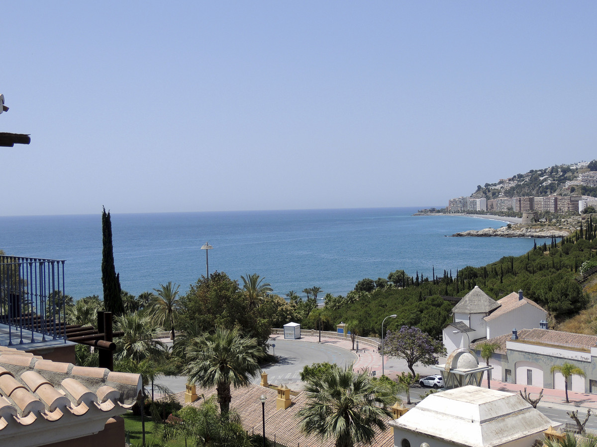 Superb apartment of 132 M2, on the 4th floor with elevator. Located on the first line of the beach, ,Spain