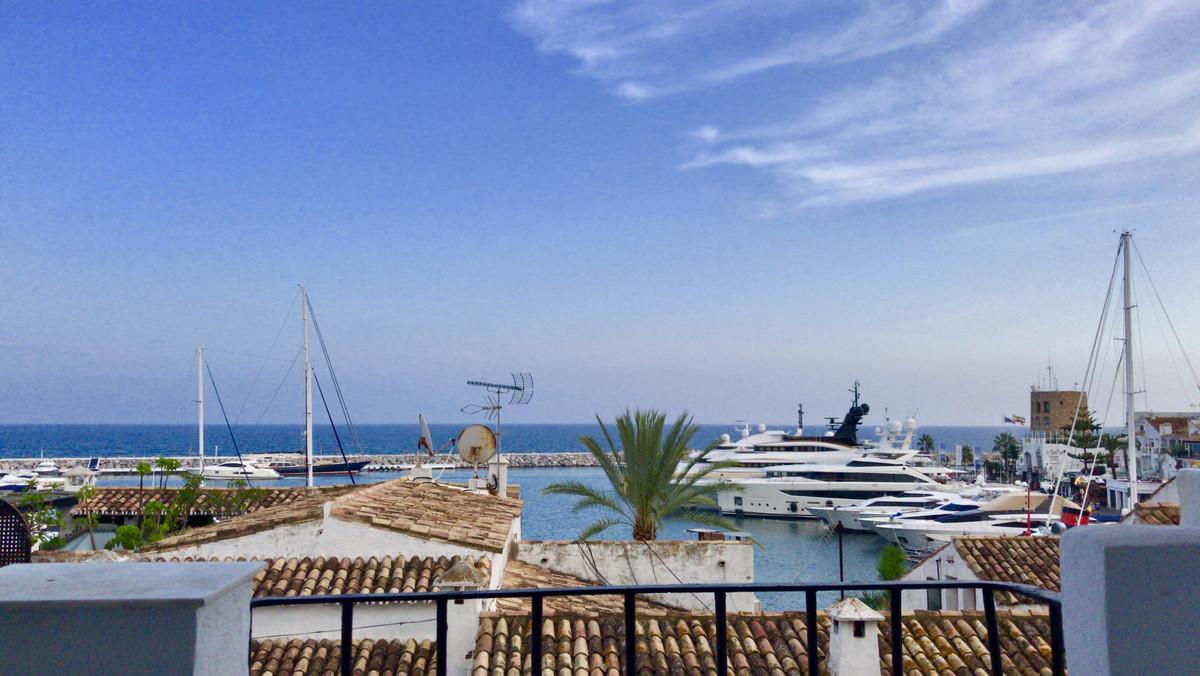Middle Floor Apartment, Puerto Banus, Costa del Sol. 2 Bedrooms, 2 Bathrooms, Built 102 m², Terrace ,Spain