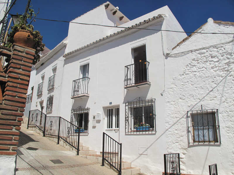 Semi-detached house with roof terrace. This one bedroom village house is of recent construction and ,Spain