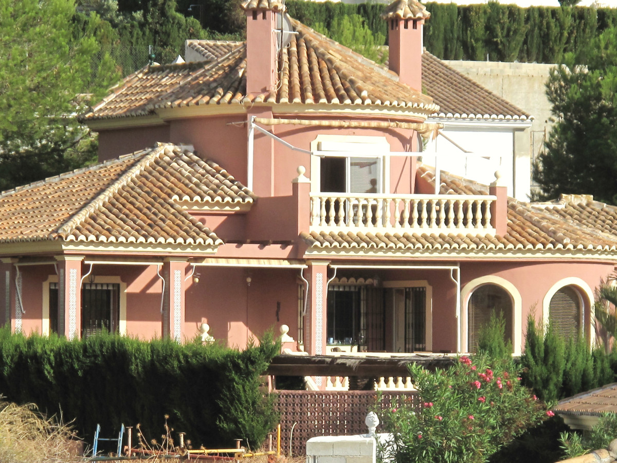 Substantial villa for sale in Buena Vista This villa is located in the upmarket urbanisation of Buen,Spain