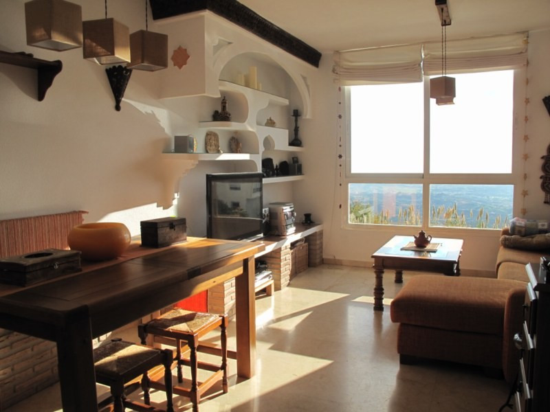 SPACIOUS APARTMENT WITH FABULOUS SEA VIEWS  Excellently located within only a few minutes' walk,Spain