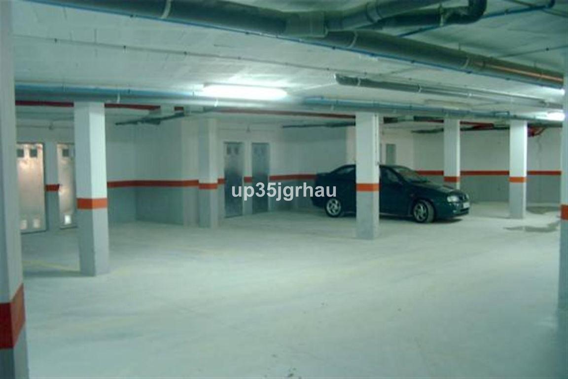 Место для парковки автомобиля для продажи в Estepona