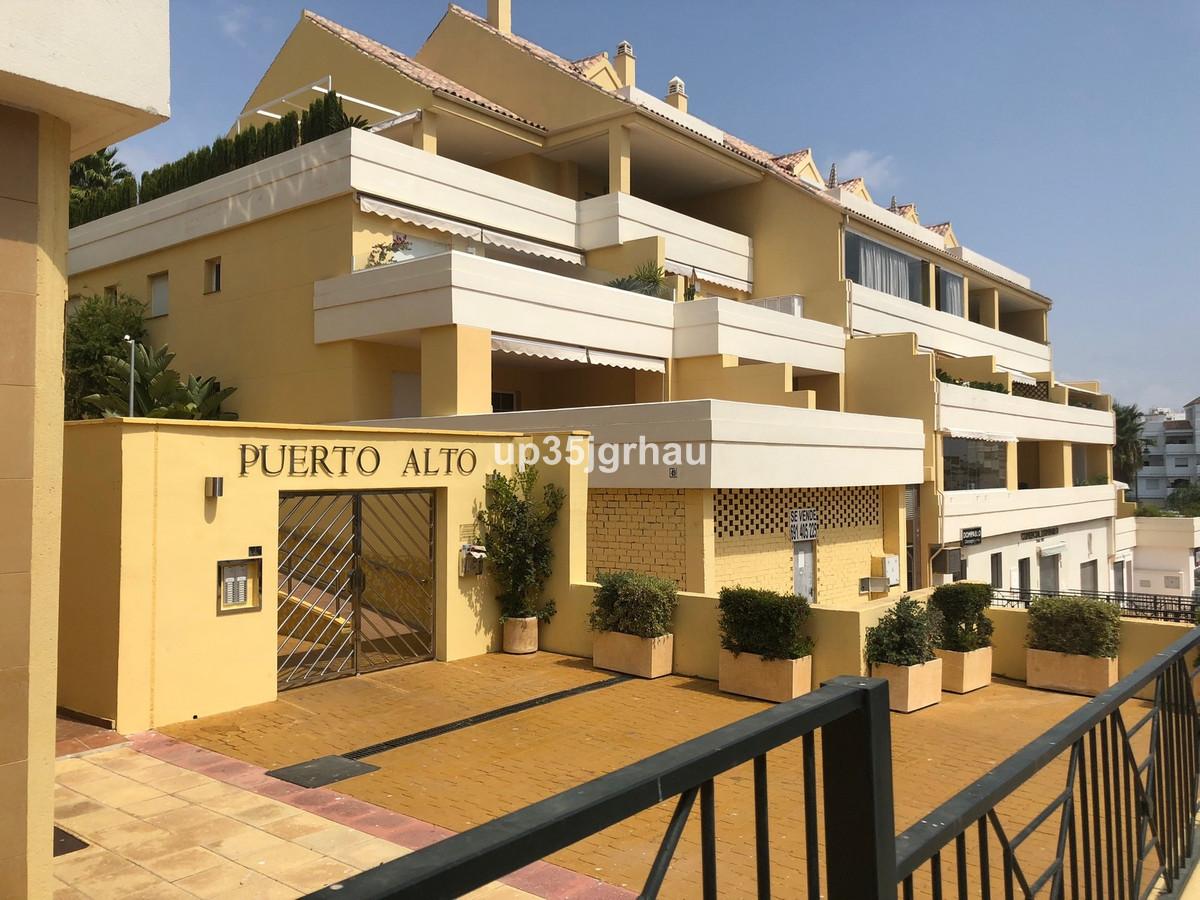 Local en venta junto al puerto deportivo, zona comercial, precio espectacular. Shop, Estepona, Costa,Spain