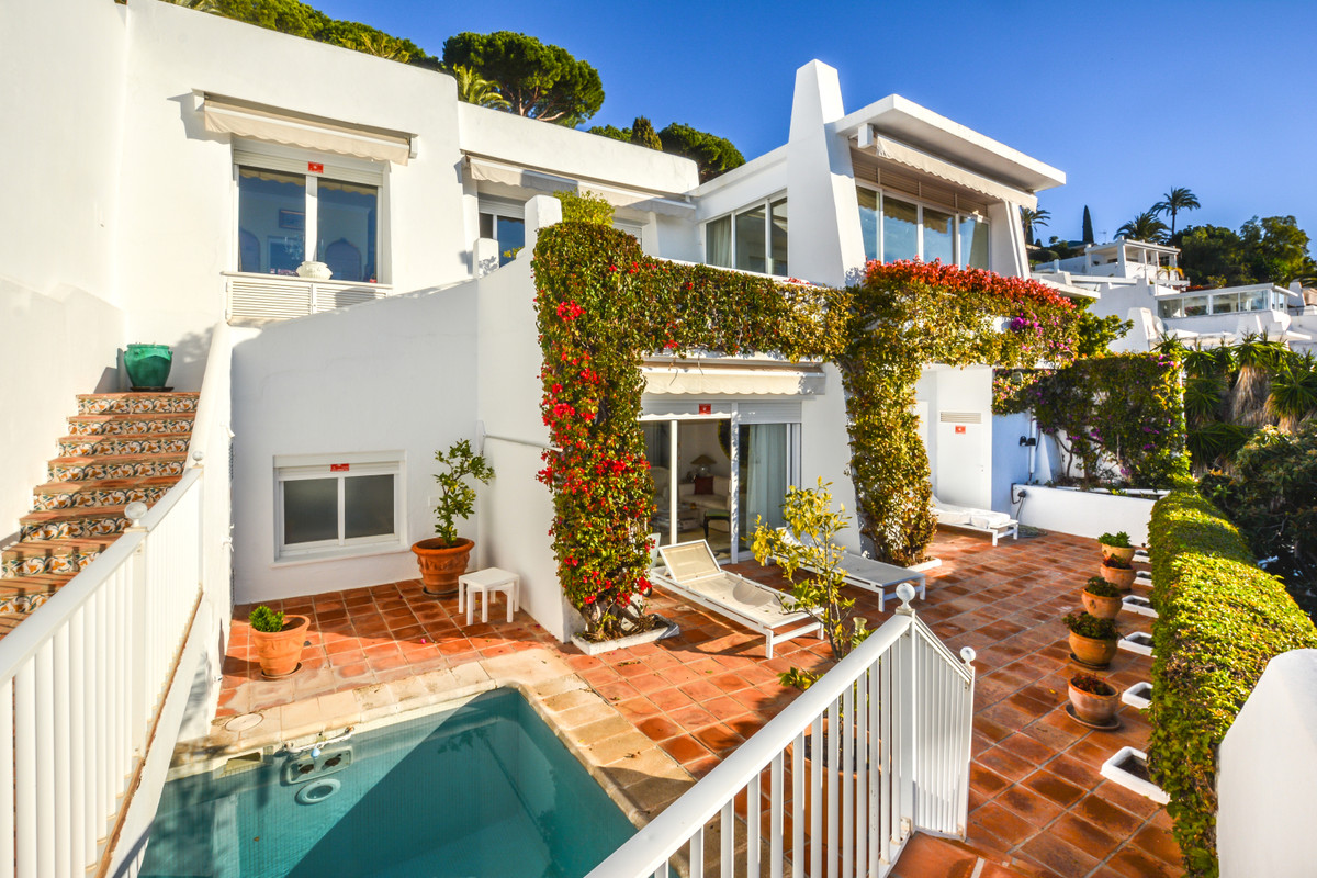 A well-presented townhouse located in an exclusive residential area (Balcon Del Golf) in Rio Real wi,Spain