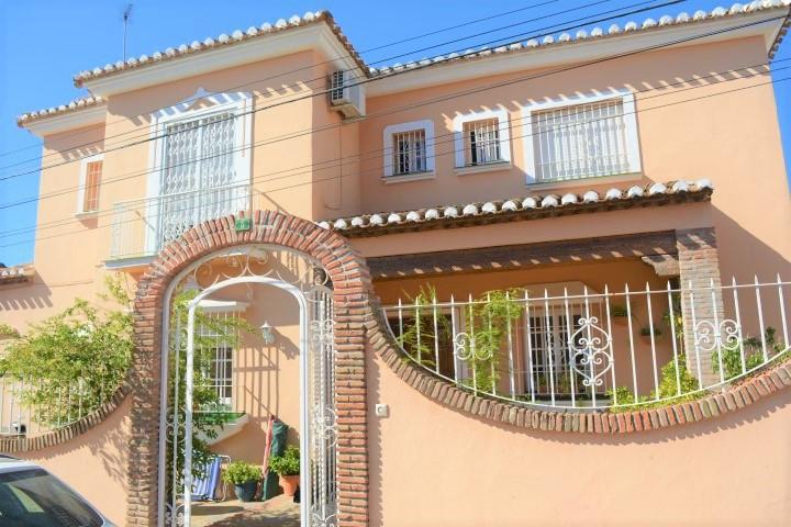 Villa 4 Dormitorios en Venta Los Pacos