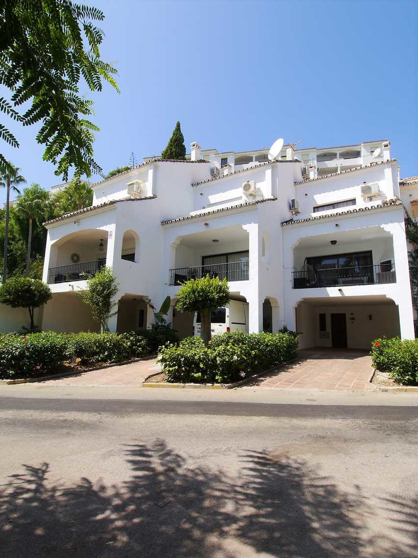 Completely renovated detached house near the beach and all amenities. It has 3 bedrooms, one en suit,Spain