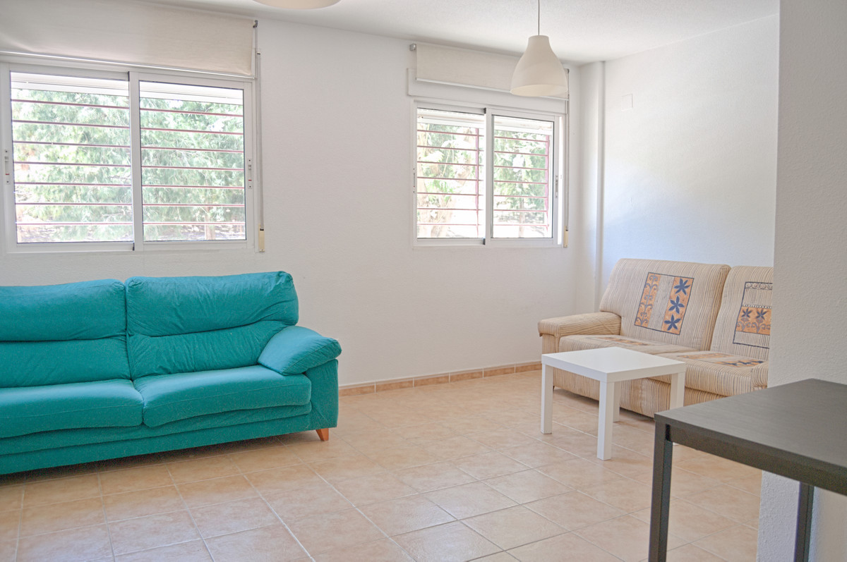 Welcome to this well kept ground floor apartment in Alicante. Located in an up and coming area this ,Spain