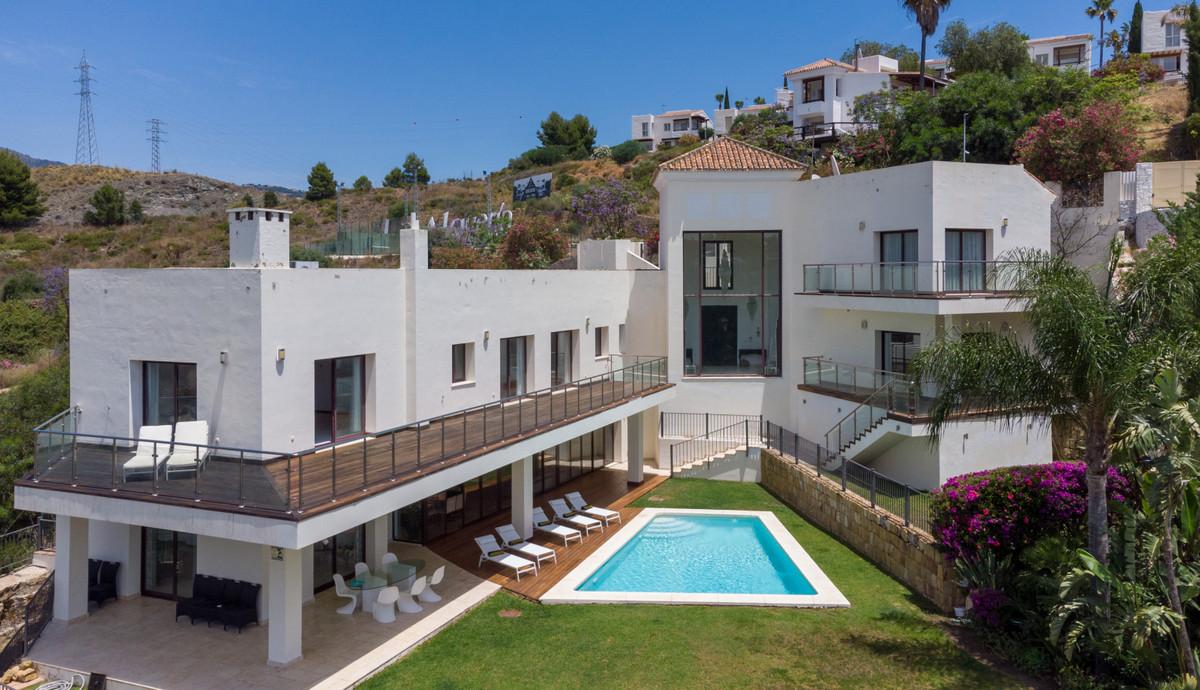 Detached Villa, Benahavis, Costa del Sol. Built 750 m², Garden/Plot 1500 m².  Setting : Frontline Go,Spain