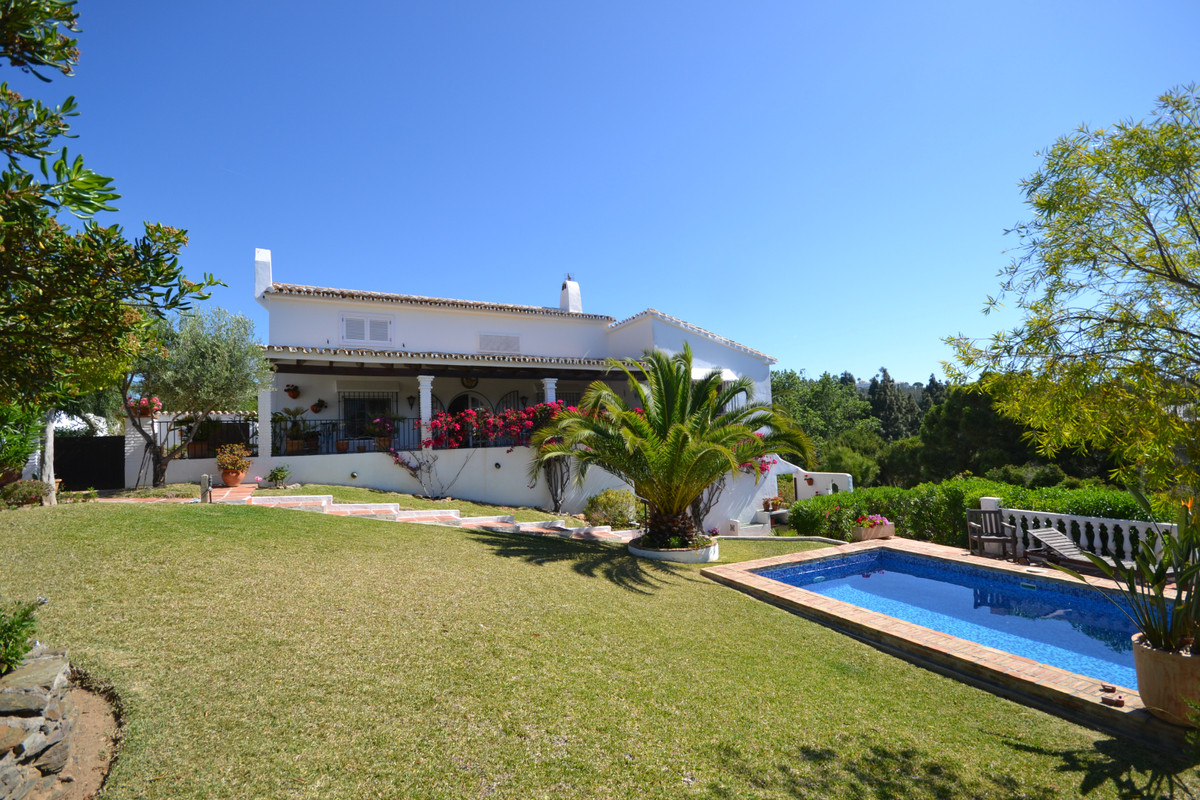 We have the delight to offer you this beautifully renovated villa for sale in El Chaparral Golf, Mij,Spain