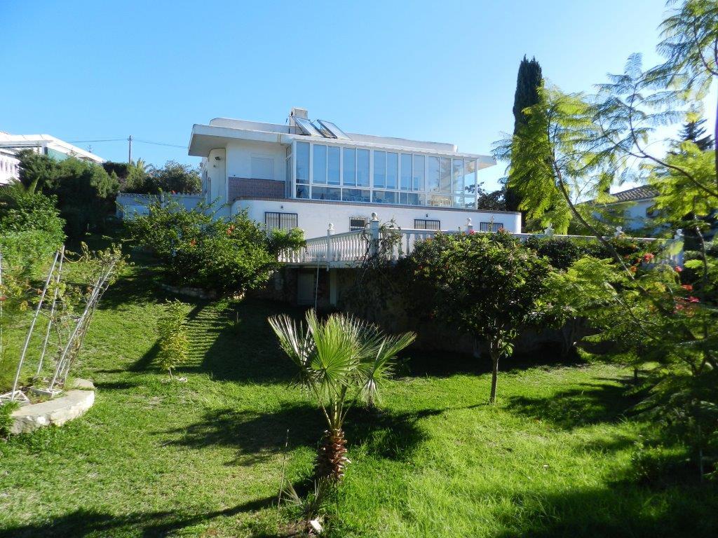 DETACHED VILLA IN EL CHAPARRAL TO BE REFORMED. Quiet location on the cul de sac. 3 bedrooms 3 bathroSpain