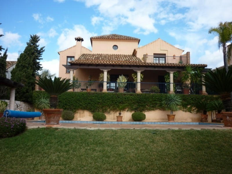 This charming rustic style villa is located in an elevated position, overlooking the Atalaya golf co,Spain