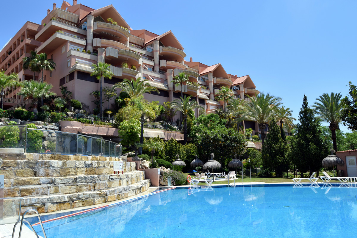 Apartament na środkowym piętrze w Nueva Andalucía R3432565