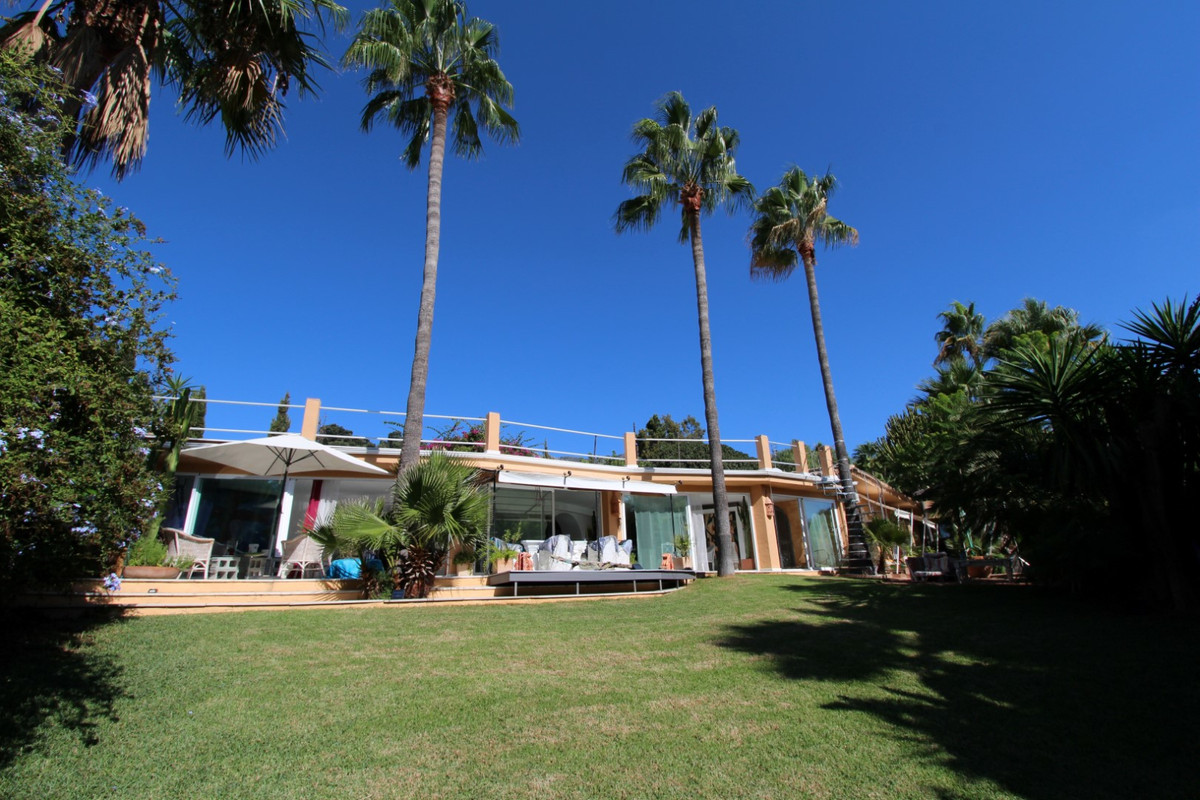 Charming Villa built in one level offering maximum privacy in prestigious residential area of Naguel,Spain
