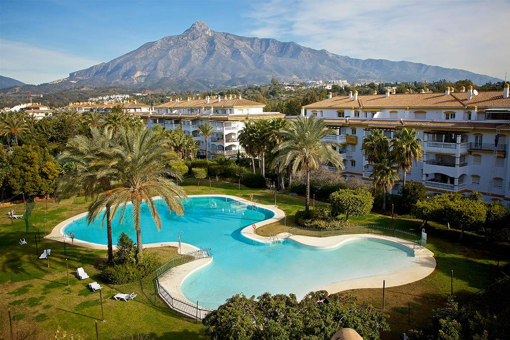 Fantastic sunny Penthouse with large open terrace (38m2) within walking distance to Puerto Banus, sh,Spain