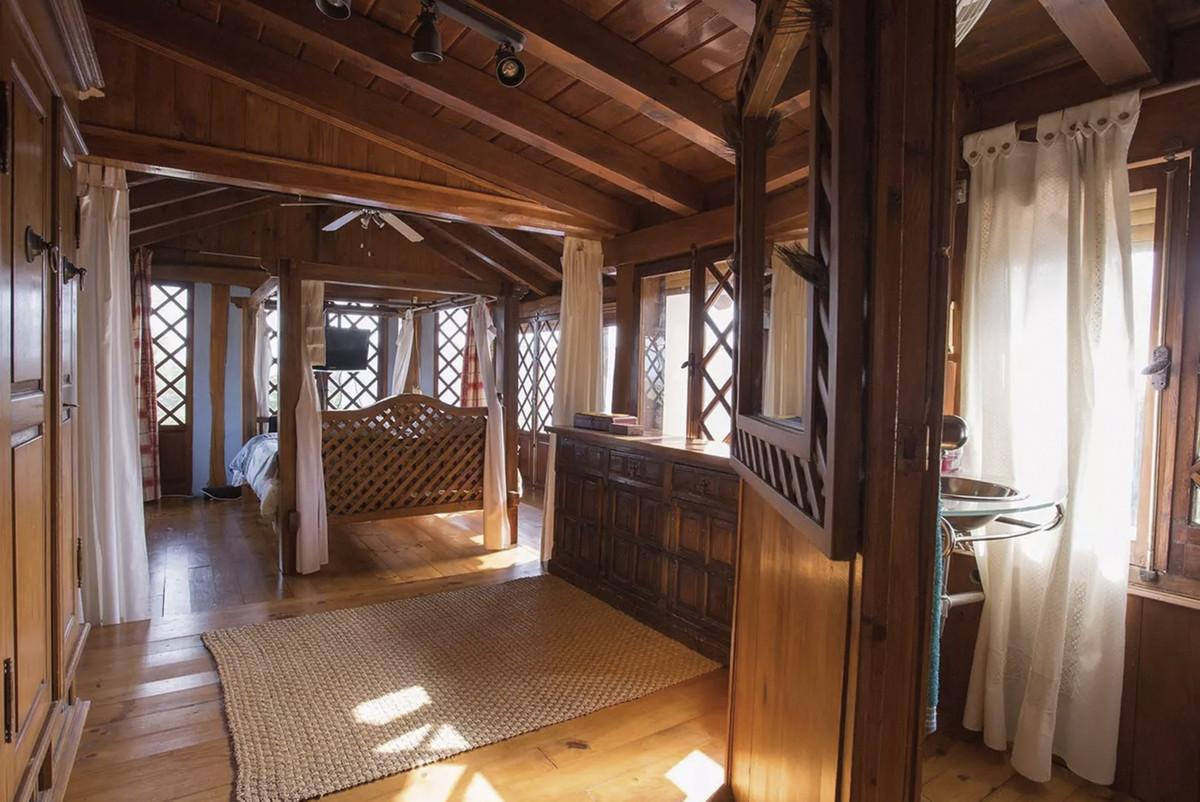 House in Artola R3854962 15