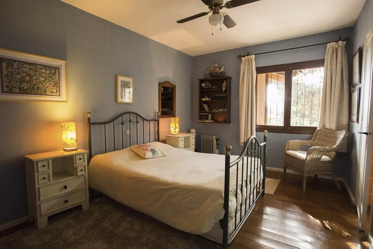 House in Artola R3854962 18