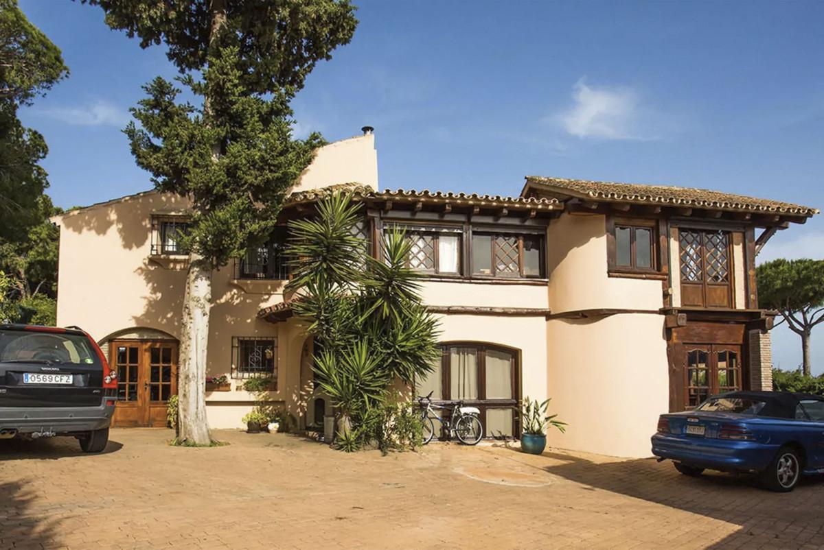 House in Artola R3854962 2