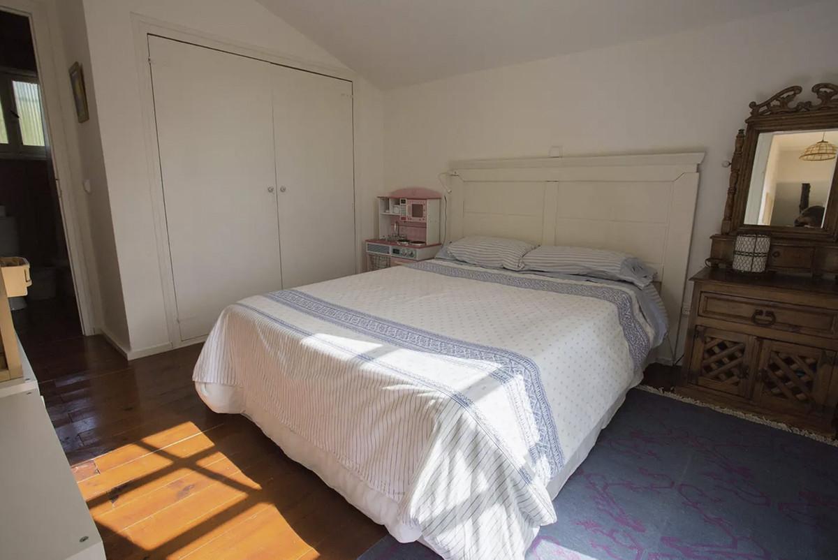 House in Artola R3854962 20
