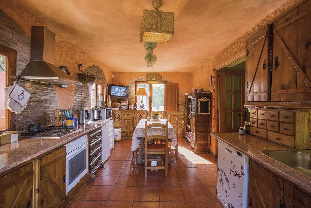 House in Artola R3854962 7