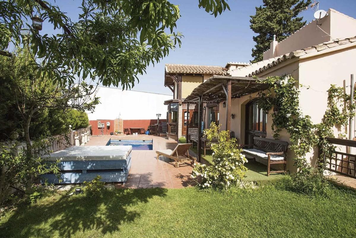 House in Artola R3854962 9