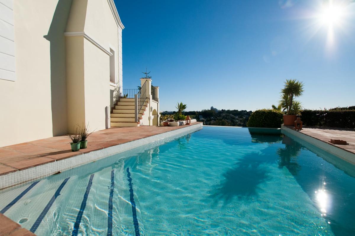 DETACHED VILLA WITH SEA VIEWS IN EL PARAISO Excellent villa with five bedrooms, on a plot of 2,000m2,Spain