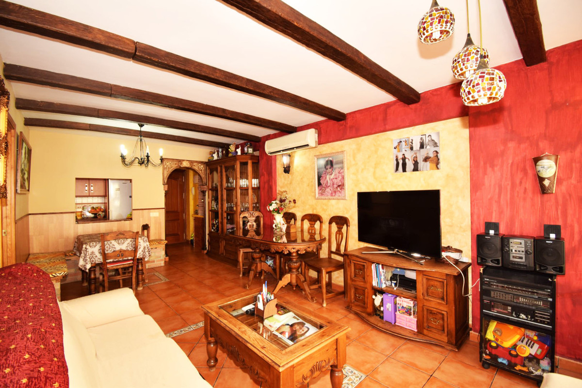 Middle Floor Apartment for sale in Estepona R3262306