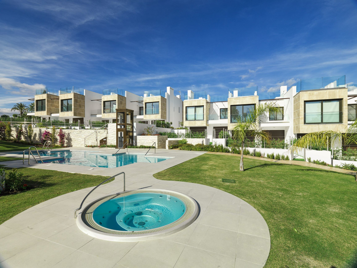Villa, Adosada  en venta    en Nueva Andalucía