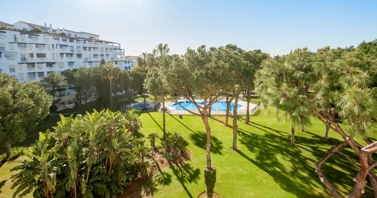 Fabulous apartment in the prestigious Playas del Duque complex, Sevilla building, on the beachfront ,Spain