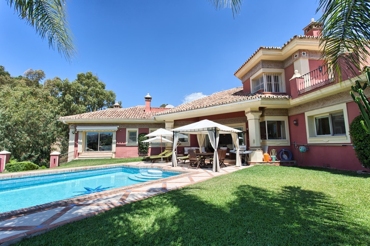Magnificent five bedroom, south facing villa in the 24hr secure and gated community of El Herrojo Al,Spain