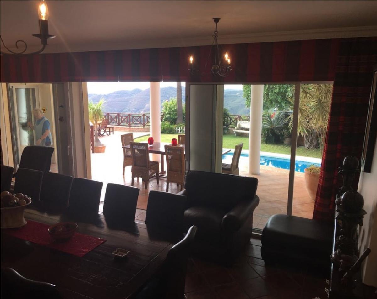 Villa con 4 Dormitorios en Venta Istán