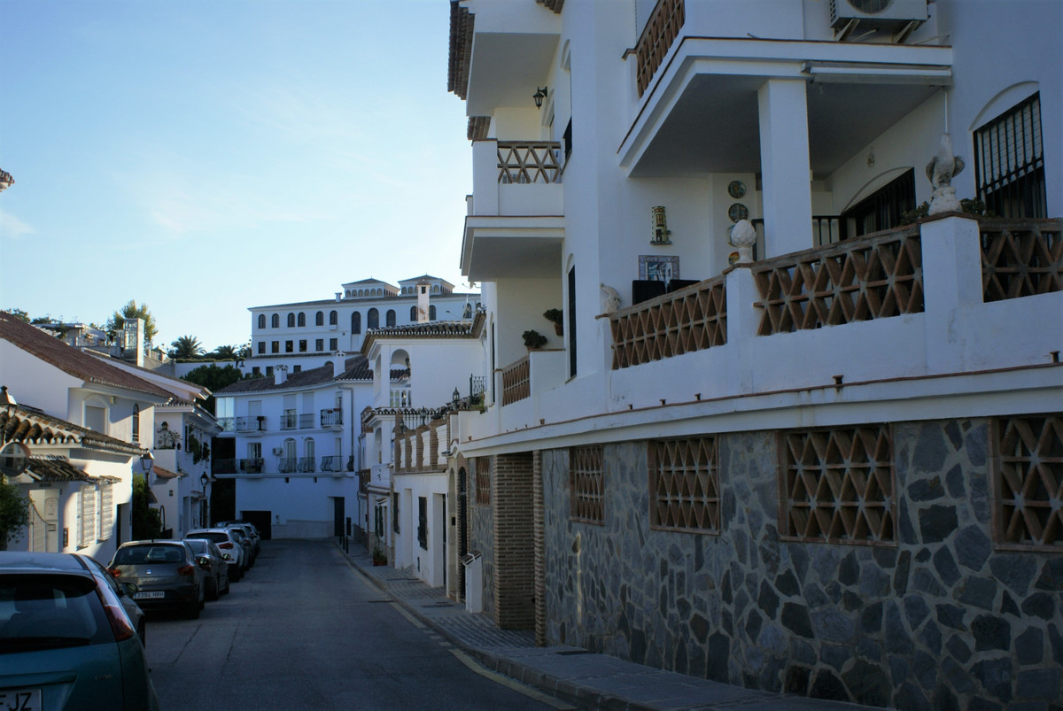 Compact apartment set in centre of Mijas village. It comes with a very sort after garage space. Walk,Spain