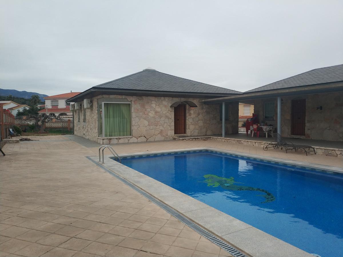 Magnificent semi-new villa in Fuensanguinea urbanization. Great purchase opportunity! Flat plot with,Spain